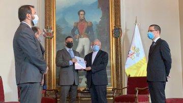 Photo of Nuncio apostólico recibió informe La verdad de Venezuela contra la infamia