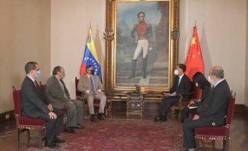 """Photo of Embajador de China en el país recibe el Informe """"La Verdad de Venezuela contra la Infamia"""""""