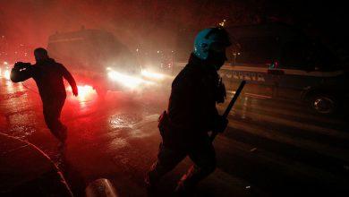 Photo of Policías reprimen manifestación contra el confinamiento en Italia